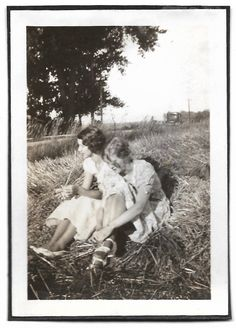 Beautiful Flappers In Field Of Hay Vintage Snapshot Artistic Portrait Photography 1920's Flapper Dress T-Strap Shoes Black & White Photo Antique Photos, Vintage Photos, Black White Photos, Black And White, Artistic Portrait Photography, Marcel Waves, T Strap Shoes, Mini Photo, Cute Rompers