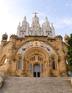 El Templo Expiatorio del Sagrado Corazón es una iglesia en Barcelona situada en la montaña del Tibidabo. Su construcción se prolongó de 1902 a 1961.  ¡Elija un hotel en Barcelona y comience la aventura!