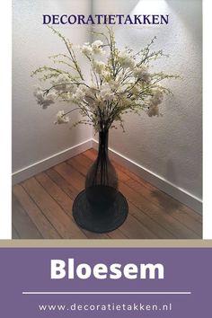 Zijden bloemen kunt u gebruiken voor het maken van bloemstukken. Door verschillende kunstbloemen en siertakken te combineren maakt u al snel de mooiste creaties. Doordat de bloemen niet verkleuren of verwelken kunt u langer genieten van uw eigengemaakte bloemstuk. Zijden bloemen kunt u makkelijk online bestellen bij Decoratietakken.nl Keuze uit een uitgebreid assortiment bloesem, hortensia, orchidee, rozen, magnolia en groendecoratie voor een mooi bloemenboeket samen te stellen.