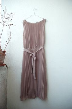 Schweren Herzens verkaufe ich dieses wunderschöne Plissee-Kleid der Marke Sisley. Das Kleid ist aus einem leicht transpare...
