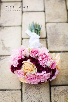 Buchet de mireasa cu bujori, trandafiri si creasta cocosului. Bridal bouquet with peonies, roses and celosia