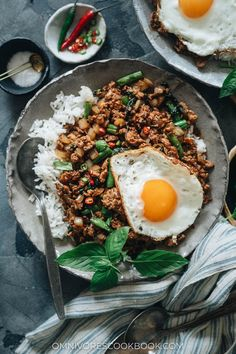 The fastest way to get great tasting Thai food is to make it in your own kitchen with this aromatic, flavorful and healthy Thai basil chicken recipe. {Gluten-Free Adaptable} Thai Recipes, Asian Recipes, Chinese Recipes, Healthy Recipes, Thai Basil Chicken, Chicken Udon, Eat Thai, Chop Suey, Cooking