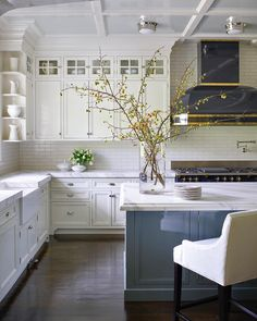 Traditional Kitchen Design Ideas That Can Be Inspiration Your New Classic Kitchen - Modern Farmhouse Kitchens, Farmhouse Kitchen Decor, Home Kitchens, White Farmhouse, Farmhouse Style, Primitive Kitchen, Kitchen Modern, Minimalist Kitchen, Country Kitchen