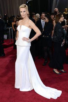 Todas las imágenes de celebrities y alfombra roja de los Oscars 2013: Charlize Theron de Christian Dior