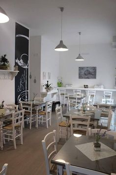 """Sedie e tavoli Pub Ristoranti Pizzerie MAIERON SNC www.mobilificioma... - www.facebook.com/... - 0433775330. Sedie in stile shabby chic color bianco laccato. """"Carpe Diem Food and Drink"""" Locorotondo (ba). Produzione Mobilificio maieron sedie e tavoli pub, bar, ristoranti e pizzerie. #arredoRistorantemaieron #arredoristorante #tavoliesedie #arredoristorante, #arredopub #sedievenezia #tavolisedieshabby #tavoli ristorante #sedie ristorante #tavoli pub #tavoli ristorante"""