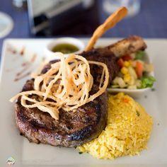 O @seasaltgrill foi o único lugar em #Aruba onde encontramos #carne #DryAged no cardápio o processo de maturação pelo qual cortes bovinos ficam armazenados por semanas em temperaturas de refrigeração sem embalagem protetora. Estas foram as melhores experiências com carne que já tivemos encontramos principalmente nos restaurantes da #Argentina O Cowgirl #RibEye 18oz é o prato mais caro do restaurante custando US$ 6200 (cerca de 19800 me 03/2017) quase o dobro da média dos outros itens do…