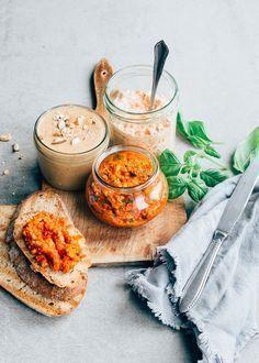 Vandaag deel ik 3 recepten voor gezond broodbeleg. Ik maak een homemade sandwichspread zonder toegevoegde suikers, een amandel cashewboter en een gegrilde paprika pesto.