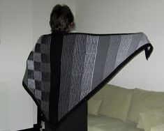 Ravelry: Illustriation Shawl pattern by Steve Plummer. Depending on the angle of view, you see stripes or checks. Knitted Shawls, Crochet Shawl, Knit Crochet, Knitting Yarn, Knitting Patterns, Knitting Ideas, Color Illusions, Color Effect, Colour
