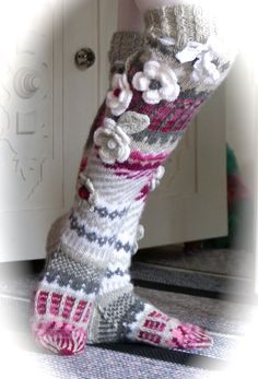 Hei vaan ystävät rakkaat !   Sukkia sukkia vaan..ihanaia -värikkäitä-iloisia -lämpimi...