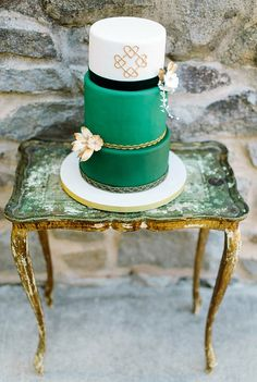 wedding cake. It's IRISH! That's cute! However, those are not my colors. I like the idea of some sort of irish design.