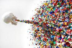 Confetti Death ist eine äußerst fantastische Installation des Street- und Graffiti-Artist Typoe und ist wohl extra für die Art Basel Miami, die Ende letzten Jahres stattgefunden hat, angefertigt worden. Fantastisch deshalb, weil da ein Totenschädel einen schönen großen Strahl Buntes erbricht, was ja auch auf eine Art und Weise die Beweggründe mancher Graffiti-Künstler versinnbildlicht. Aber das ist jetzt nur meine eigene kleine Interpretation des Kunstwerks. Wie gesagt, sehr schönes Ding…