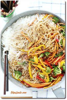 WARZYWA Z PATELNI  Lubię kolorowe dania dlatego też warzywa z patelni z makaronem ryżowym, takie w stylu stir fry są dla nas najlepsze. Warzywa z patelni z tofu można przygotować na dziesiątki sposobów, właściwie wszystko zależy Eat Lunch, Garam Masala, Japchae, Tofu, Good Food, Food And Drink, Vegetarian, Cooking, Ethnic Recipes