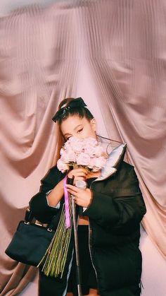 Ariana Grande Sweetener x Spotify lockscreen Cat Valentine, Ariana Grande Wallpapers, Ariana Grande Sweetener, Ariana Grande Pictures, Jennie Lisa, Broadway, Dangerous Woman, How To Pose, American Singers