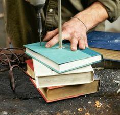 DIY-Tischlampe-mit-Tischfuß-aus-Büchern-anordnung