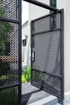 32 Ideas for modern front door entrance design curb appeal Wooden Screen Door, Diy Screen Door, Wooden Front Doors, Metal Screen, Fence Doors, Front Door Entrance, Front Gates, House Entrance, School Entrance