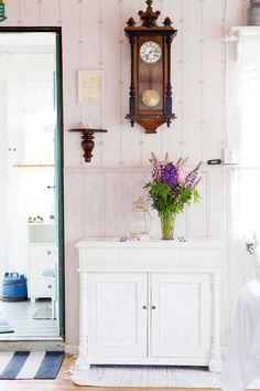 Mot en av kökets väggar står ett vackert skåp som Sofie hittat på en loppis i trakten. Pia har målat det vitt och tapetserat luckorna.