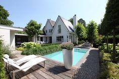 Moderne tuin met zwembad en koivijver