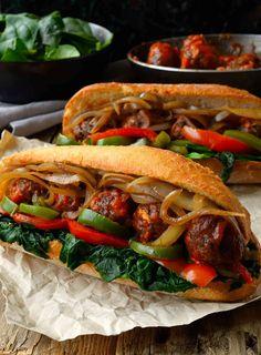 Este sándwich de albóndigas veganas de lentejas y champiñones es realmente sustancioso, muy delicioso y lleno de verduras.
