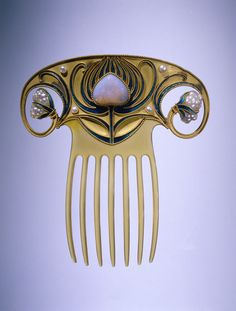 Rijksmuseum: Hair comb of gold, fan-shaped and on both sides ending in a curl with a baroque pearl. In the middle of a stylized flower enamel. The seven modes of horn. http://europeana.eu/portal/record/90402/37A5BF032A3D90BAB53D492638B5E07FE6C561F4.html
