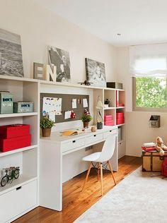 Piensa en un escritorio con suficiente espacio para que los niños puedan desplegar todos sus útiles y, busca muebles con cajoneras oara guardar lo que no esté en uso.