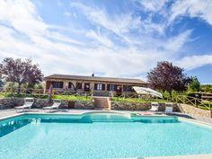 Hus med privat basseng, stor hage på 6 km fra Todi. Mansions, House Styles, Home Decor, Alternative, Decoration Home, Manor Houses, Room Decor, Villas, Mansion