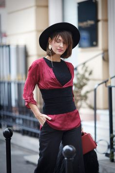 the corset trend, corset street style ideas, corset outfit, mono earring trend,