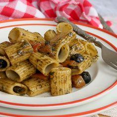 Pasta con pesto di rucola olive e pomodorini