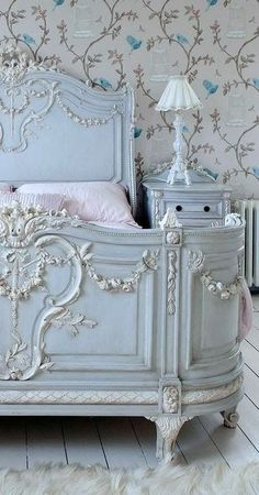 gorgeous bed, I need this for the shabby chic room I'm redoing!!