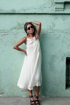 Weißes Kleid kombinieren: Lässig mit Römersandalen