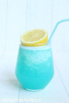 Zitronenlimonade mit Wasser und gecrushtem Eis gemischt. Dazu Blue Curacao Sirup und fertig ist der perfekte Sommerdrink :) Schön zitronig und erfrischend.  Ihr benötigt für 4 Gläser: ♡ 220 g…