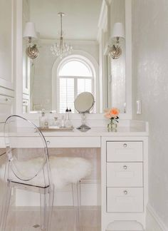 Boston brownstone with an historical past gets an inviting update Room Ideas Bedroom, Bedroom Decor, Design Hall, Design Design, Dressing Table Design, Glam Room, House Rooms, Living Rooms, Beauty Room