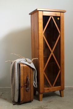 JUVIn vitriinikaappi Sanna Laurilan kauniisti pintakäsittelemänä. Katso muut ovi- ja kokovaihtoehdot täältä: http://www.juvi.fi/kirjakaappielementit.html