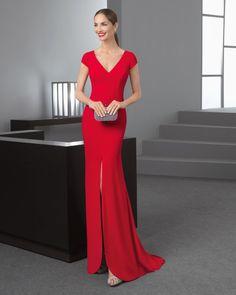 Vestido largo silueta de crepe con escote pico, manga corta y apertura delantera, en color rojo y cobalto.