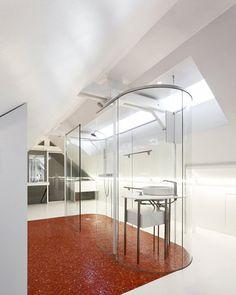 Minimalistische slaapkamer met glazen badkamer
