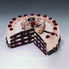 Tort Schwarcwaldzki Wiśniowy tort ze świeżej śmietany, soczystych wiśni i wiśniówki, a także delikatnych czekoladowych warstw biszkoptowych.