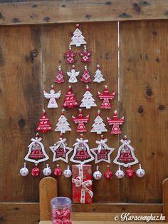 Kedves kis ötlet és könnyen elkészíthető ez a kreatív fenyőfás faldekoráció. Mi is készítettünk egyet a Karácsonyházban , végig is fotóztuk nektek. Nem nehéz megcsinálni, bárki belevághat. Elkészítéséhez nem kell sok minden, elég eleg néhány karácsonyi dísz, régi kedves emlék, akár fotó vagy más...