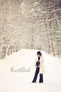 Winter. Maternity photo