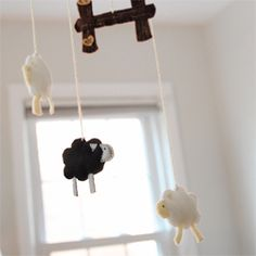 Free pattern for this sweet sheep mobile made from felt.