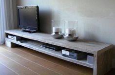 laag tv meubel voor over de hele lengte van de woonkamer met kussen erop voor extra zitplekken, voorkant zou dicht moeten