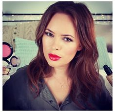 Tanya Burr is one of my favourite makeup stars on youtube! This look is so pretty and a nice classic red lip! LOVE IT <3