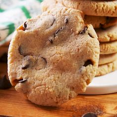 The toughest part about keto-friendly recipes is figuring out low-carb, sugar-free desserts. This chocolate chip cookie recipe will save you. It has just the right about of sweetness, without any weird aftertaste (which can be & Desserts Keto, Sugar Free Desserts, Keto Snacks, Dessert Recipes, Easy Keto Dessert, Stevia Desserts, Dinner Recipes, Keto Friendly Desserts, Holiday Desserts