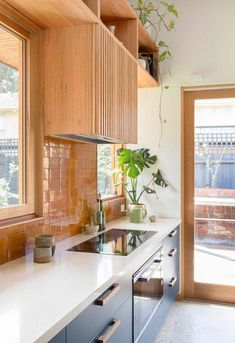 Organic materials paired with upcycled details transformed this Melbourne bungalow in an eco-friendly renovation. Home Decor Kitchen, New Kitchen, Home Kitchens, Kitchen Dining, Square Kitchen, Home Interior, Kitchen Interior, Interior Design, Interior Plants