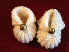 De mignonnes pantoufles avec une petite forme de citrouille à l'avant feront un joli pied à bébé ! Matériels : Aiguille # 4 Besoin d'aide, cliquez ICI : Les Bases du Tricot Instructions pour le tricot : 1. Monter 26 mailles. 2. Tricoter 18 rangs à l'endroit.... Knitting Socks, Free Knitting, Baby Knitting, Knitting Patterns, Baby Booties, Baby Shoes, Scarf Hat, Diy For Kids, Mittens