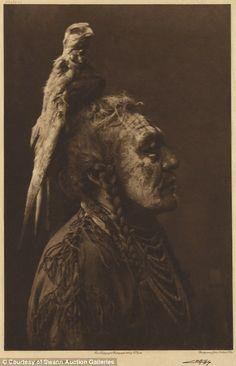 'Two Whistles' - Apsaroke (American Crow Indian circa - photo by Edward Curtis Native American Photos, Native American Tribes, Native American History, Native American Photography, American Crow, Edward Curtis, Alternative Kunst, Potnia Theron, Crow Indians