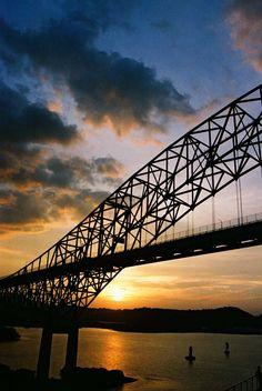 Atardecer en Panama, en la imagen esta el puente de las americas que cruza sobre la salida del Pacifico del canal de Panama.
