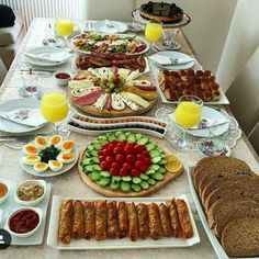 Breakfast Presentation, Food Presentation, Yummy Appetizers, Appetizer Recipes, Tapas, Breakfast Platter, Turkish Breakfast, Food Decoration, Food Platters
