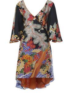 Vestido estampado em seda, Adriana Barra.Possui decote V, mangas curtas, recortes no busto, tecido traseiro para amarração e barra assimétrica.