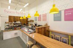 1 estudio de interiorismo, Lifeforms Design, se encuentra con 1 diseñador gráfico, el cliente, en este proyecto llamado Fresco Freddo's. Así es como esta...