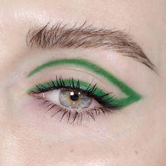 Makeup eyeliner bold make up 67 Ideas Edgy Makeup, Eye Makeup Art, No Eyeliner Makeup, Makeup Goals, Simple Makeup, Makeup Tips, Hair Makeup, Green Eyeliner, Color Eyeliner