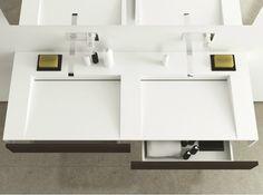 double vasque blanche avec tiroirs et ensemble d'accessoires en noir et blanc
